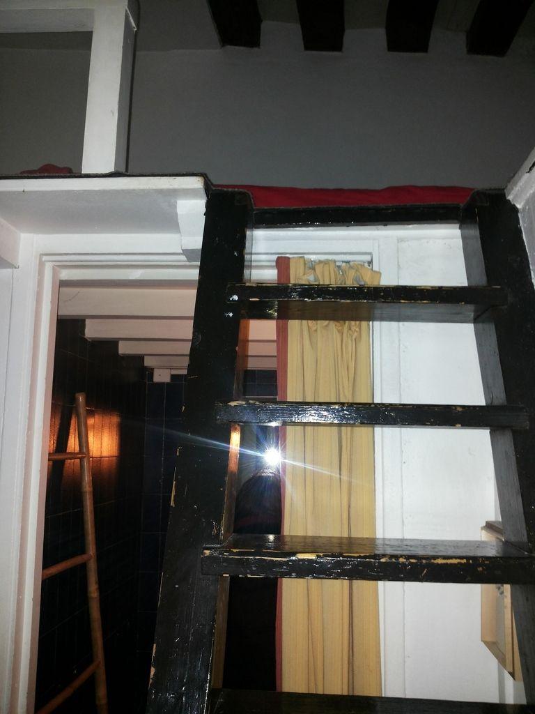Soppalco in camera da letto - Scala, Dettagli camera: mensola comodino e aplique - ripostiglio/cabina