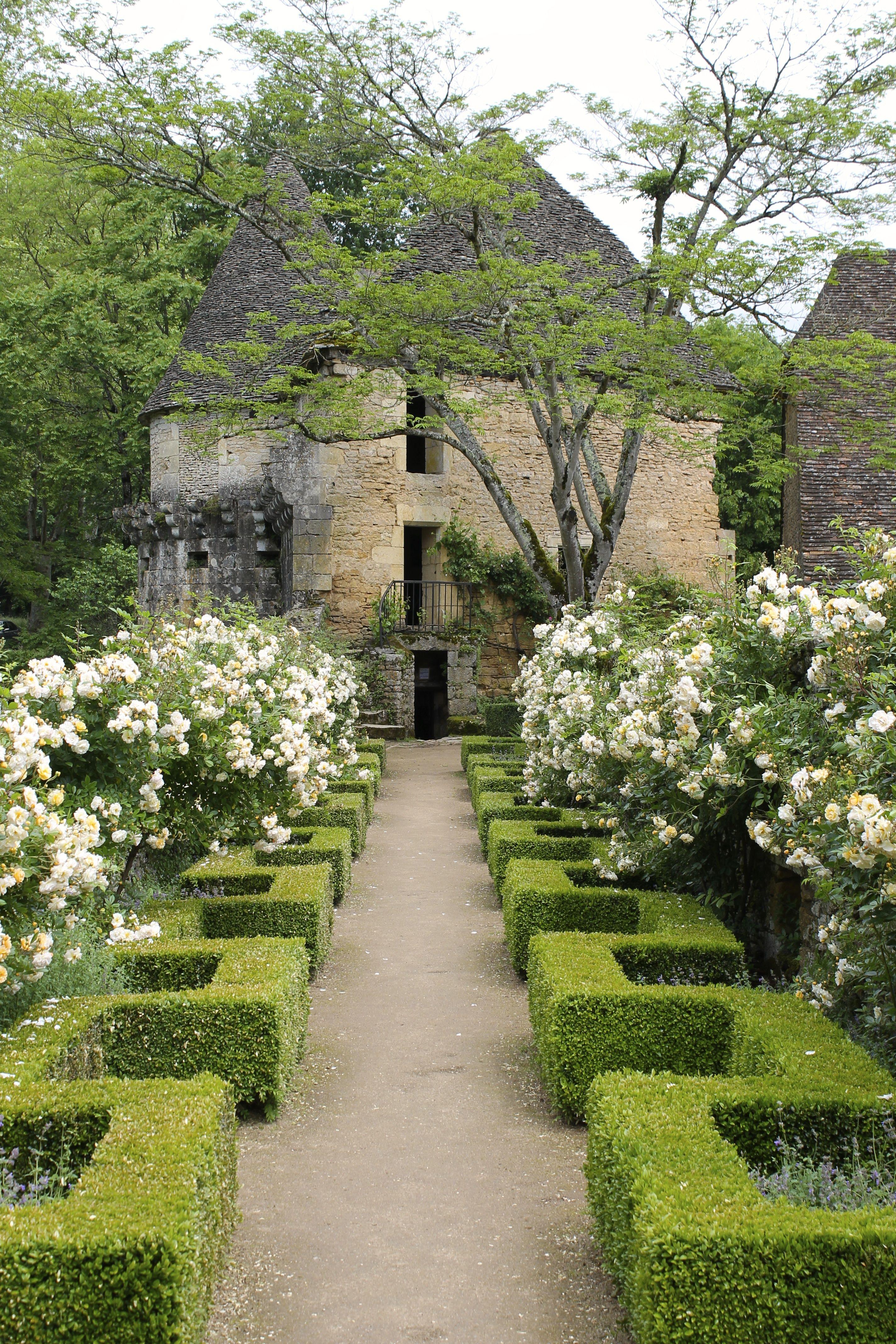 Chateau De Losse Drodogne Region France How Delightful Is The Box Hedging Along The Path It S Like Horizo Beautiful Gardens Formal Gardens Landscape Design