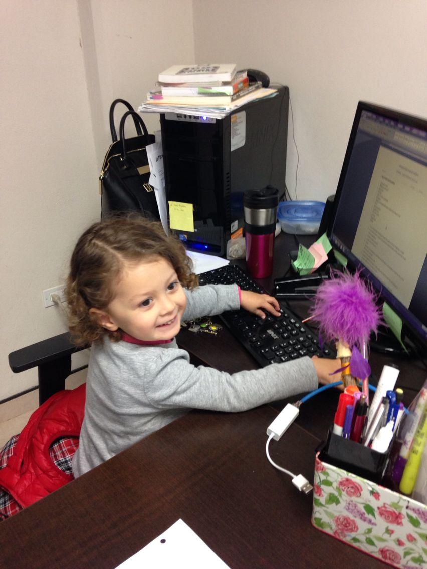 Camila en la Oficina