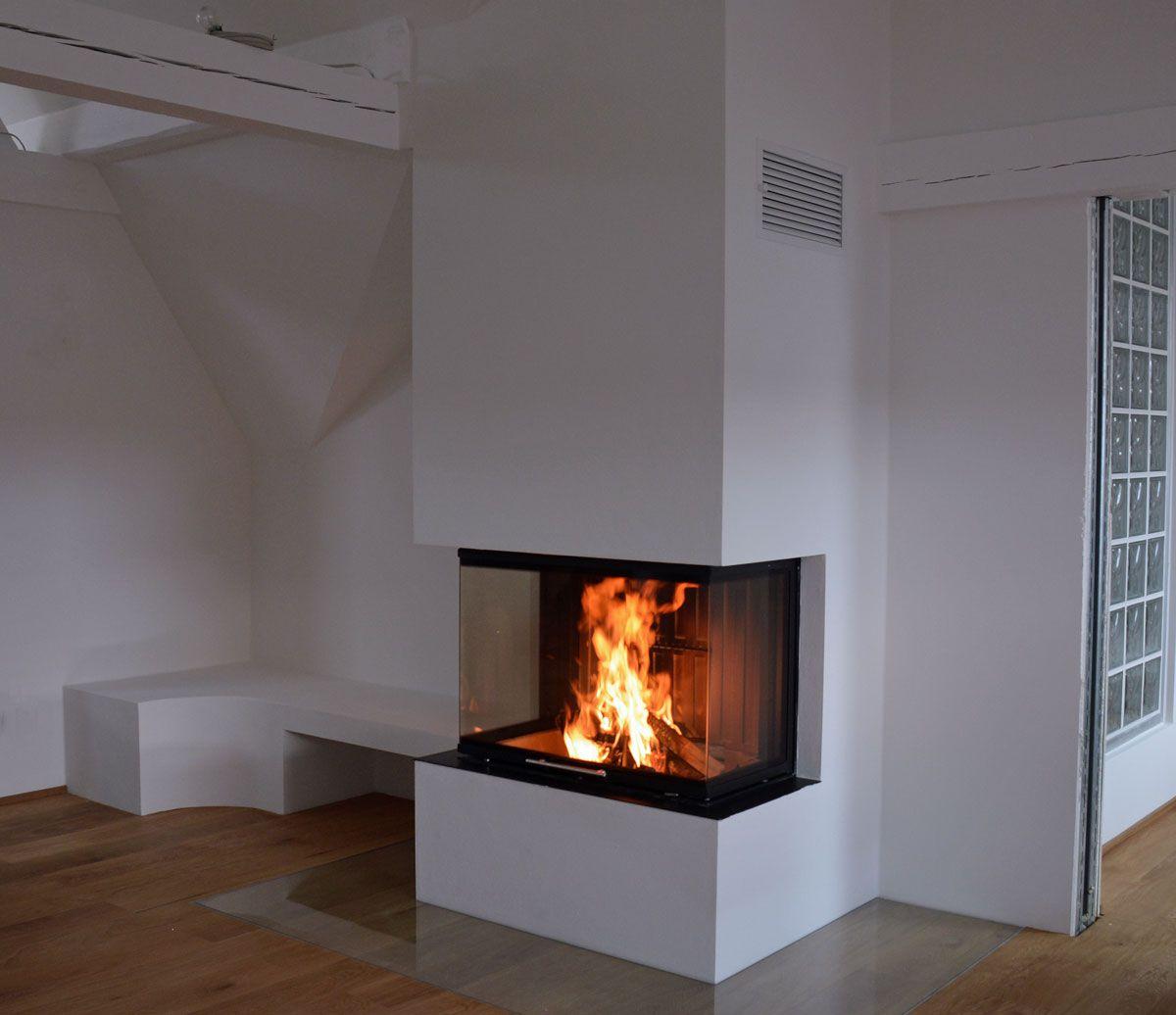 moderner heizkamin mit 3 seitiger verglasung und anschlie ender gemauerter ofenbank moderner. Black Bedroom Furniture Sets. Home Design Ideas