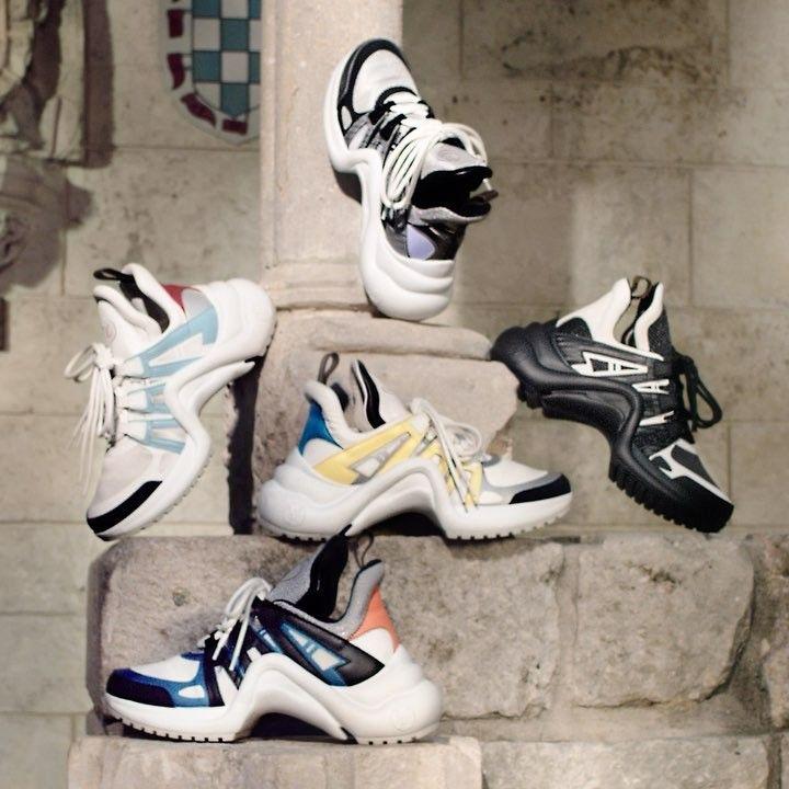 44e4d1467720 Brigitte Macron portait des baskets signées Louis Vuitton, ce 8 juin, au  Canada à l occasion du G7. Closer vous dit tout sur sa nouvelle paire de  sneakers.