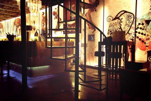 LEÓN. Se vende disco bar en pleno centro de León por no poder atender. 200 m2, totalmente acondicionado, todas las licencias en vigor. Decoración sofisticada. Enormes posibilidades. interesantes condiciones de renta.