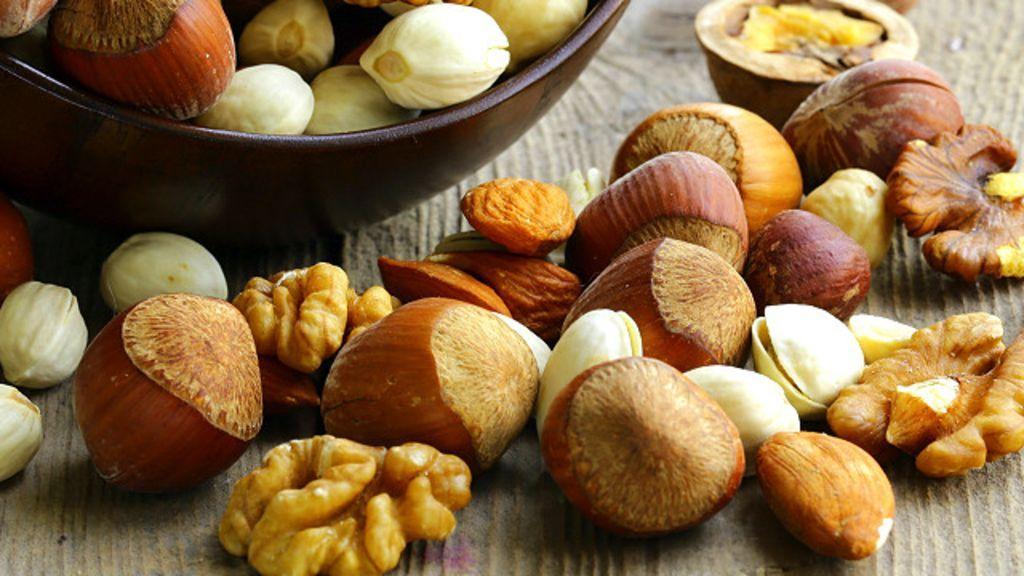 Todas las nueces tienen credenciales nutricionales distintas y ofrecen varios beneficios para la salud. Entérate de cuál es rica en calcio, cuál da un estímulo proteico y cuánta grasa tiene cada una en esta guía.