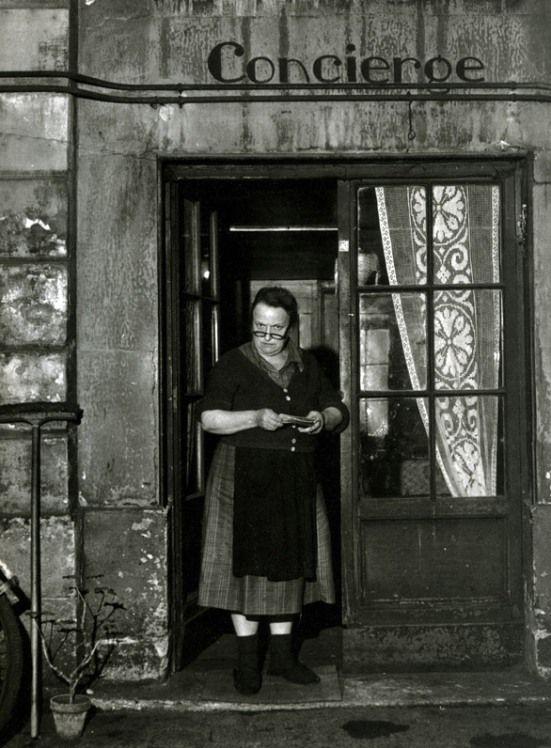 robert doisneau concierge rue jacob 1945 la concierge travaille dans la loge au rez de. Black Bedroom Furniture Sets. Home Design Ideas