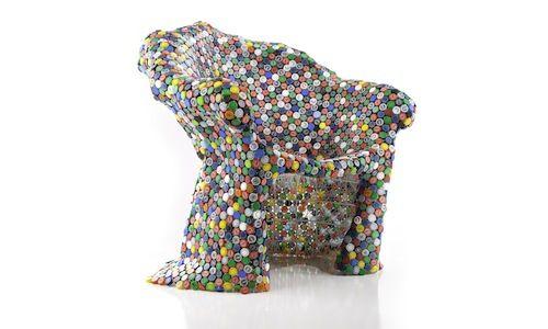 BRC Designsのペットボトルキャップで出来た椅子。一体何個でできているのか、見た目はカラフルでポップだがかなり値が張りそうな椅子。