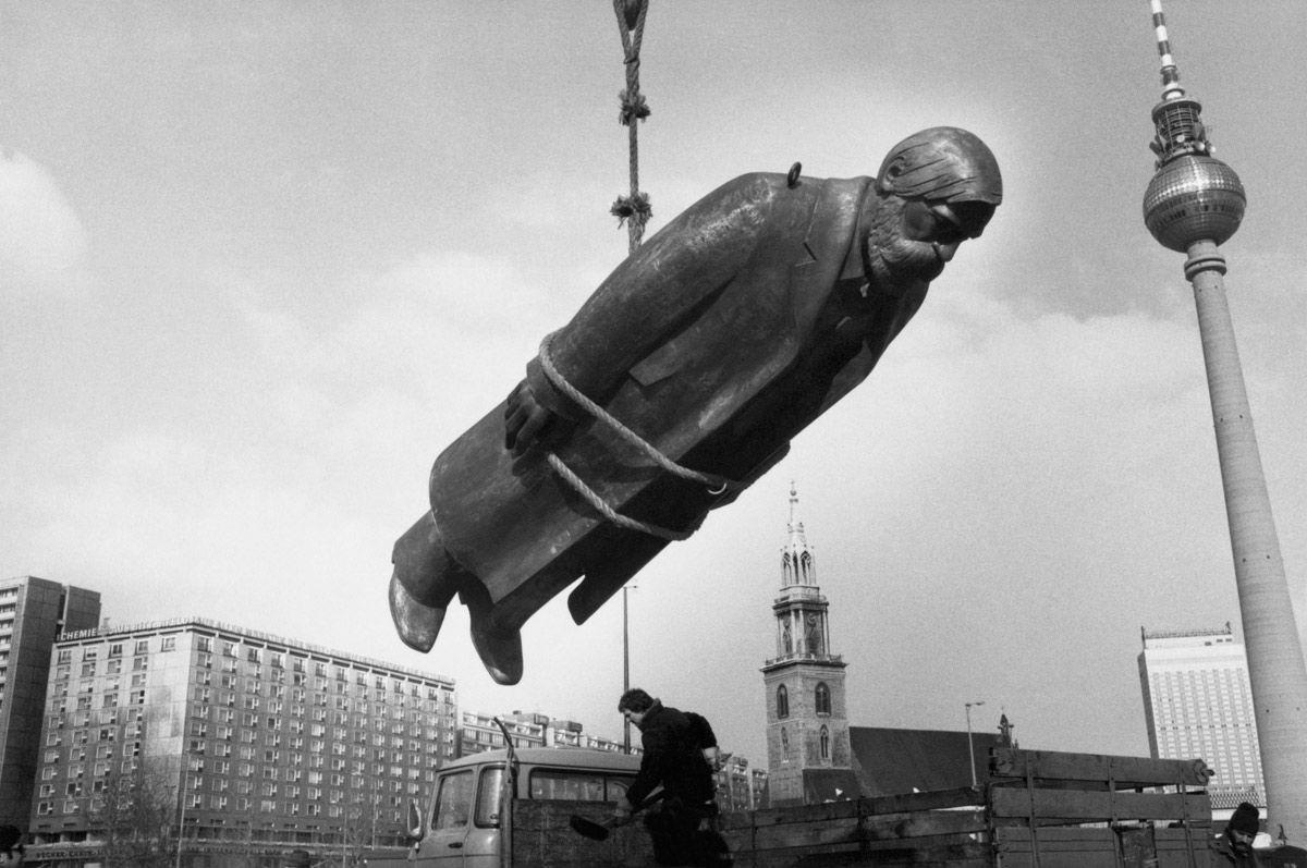sibylle-bergemann-das-denkmal-east-berlin-the-monument-east-berlin-19861.jpg 1,200×797 pixeles
