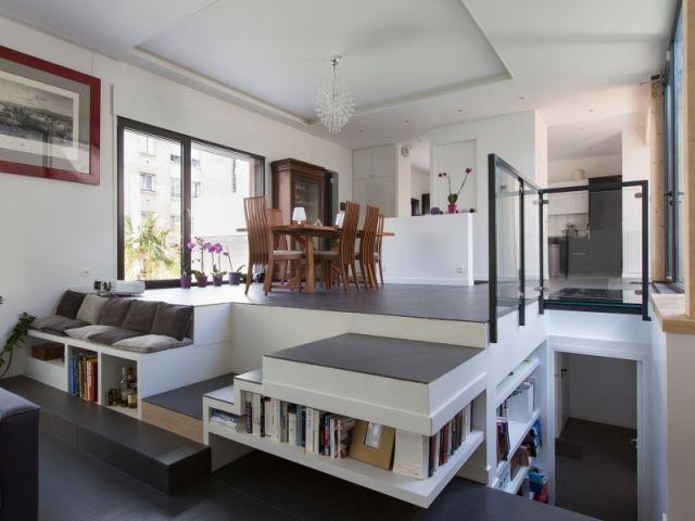 Demi-niveaux et patio pour une maison familiale construite sur un