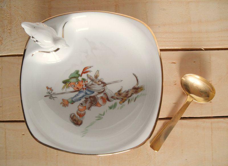 Ancienne assiette à bouillie pour bébé Année 1970 Cet ensemble comprend : - une assiette à bouillie chauffante, en porcelaine avec son bouchon (Hauteur 4 cm) - une petite cuillère en cuivre...
