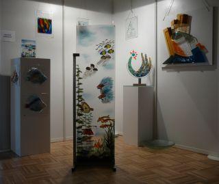 Un exposition permanent avec les oeuvres de Henk Jaro et Hans Uijl dans la salle d'exposition de Jaroverre. Le Bourg 03120 Andelaroche Tel: 04-70.31.75.21. Vous pouvez également visiter l'atelier des deux maitres verriers.