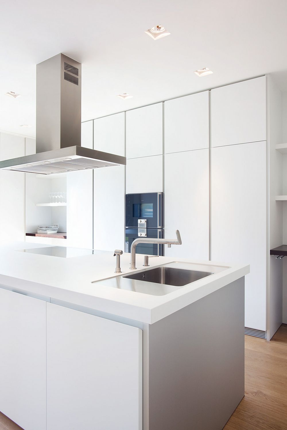 The Bulthaup B1 Kitchen Follows This Principle With Its Purist Ergonomic Design People Can Focus On The Important Mit Bildern Kuchendesign Bulthaup Kuchen Kuchen Design