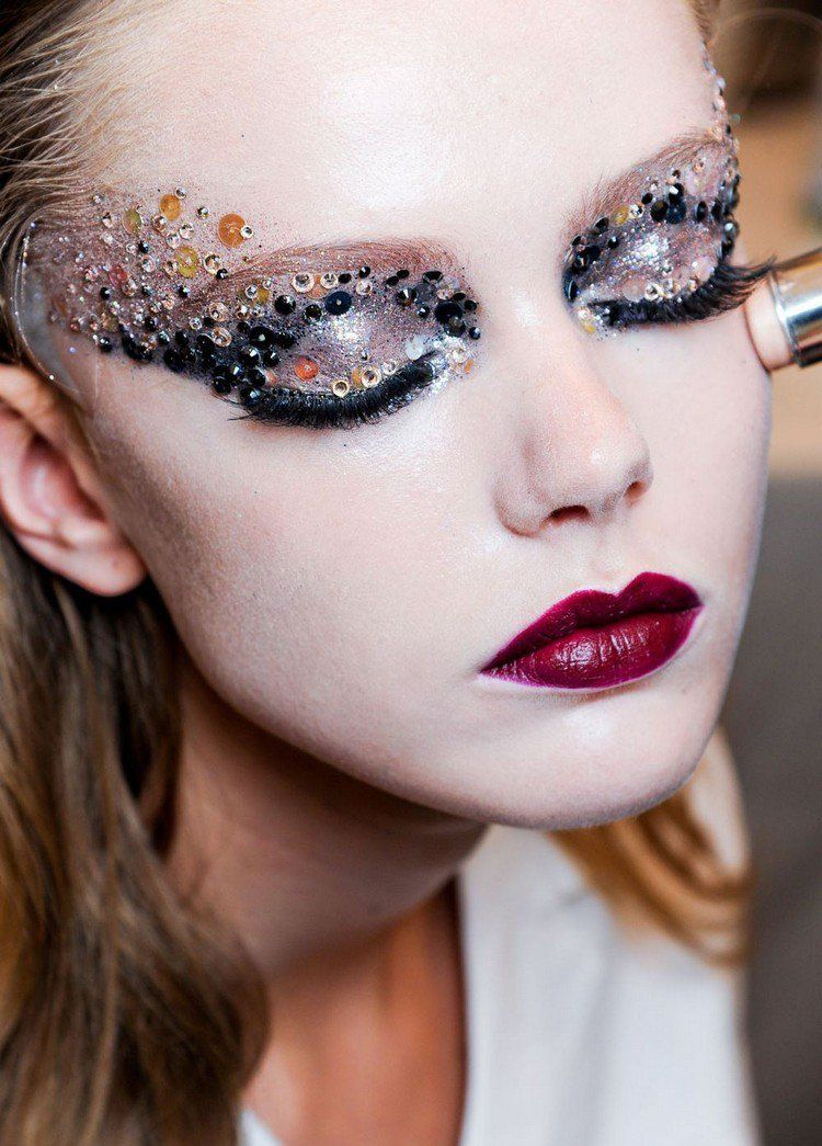 Maquillage halloween facile r aliser et make up des yeux simple faire avec des paillettes et - Maquillage halloween facile homme ...