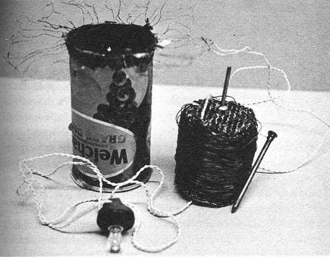Victor Papanek y George Seeger. «Receptor de radio diseñado para el Tercer Mundo. Está hecho con una lata de zumo desechada y como fuente de energía utiliza cera parafínica y mecha.» Del libro Diseñar para el mundo real