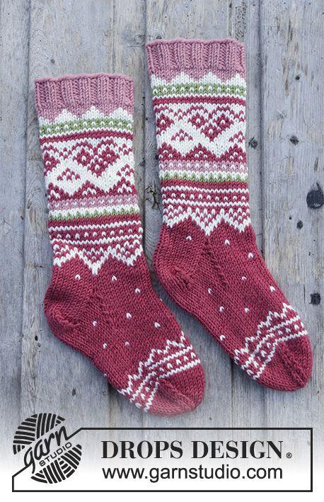 Visby Socks / DROPS Children 30-12 - Gestrickte Socken mit mehrfarbigem nordischem Muster für Kinder. Größe 24 - 37. Die Arbeit wird gestrickt in DROPS Merino Extra Fine. #gratisstrikkeopskrifter