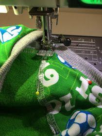 Voici comment cela fonctionne: la couture de surjet du tour de cou est bien cachée sur le T-shirt   – Nähen