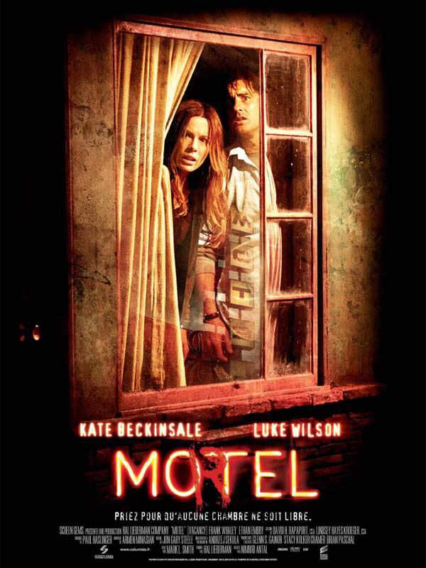 Mo(r)tel Vacancy  En panne de voiture, David et Amy, un jeune couple au bord du divorce, se retrouvent obligés de passer la nuit dans un motel miteux éloigné de tout. Par hasard, ils découvrent des cassettes vidéo montrant plusieurs meurtres commis dans la chambre qu'ils occupent. Terrifiés par la réalité des scènes, David et Amy comprennent que s'ils ne font rien, ils seront très bientôt les stars du prochain film... Face à l'horreur et aux cinéastes maniaques du motel, David et Amy ne…