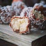 Härliga och mumsiga chokladdoppade kokosbollar! Receptet finns i mitt nya e-Magasin #bakasockerfritt #sockerfritt #choklad #lchf