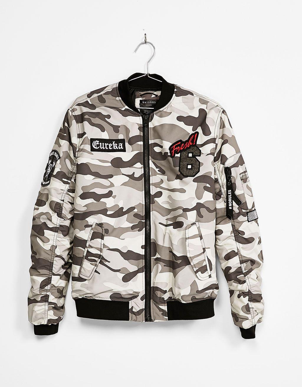 b550cdb99d5 Cazadora bomber. Descubre ésta y muchas otras prendas en Bershka con  nuevos… Hombre Blanco