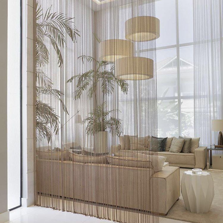 Divisão de ambientes por cortina de metal, mantém a integração ...