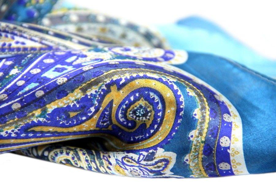 Un sublime foulard carré en soie aux motifs Paisley du cachemire et à la  beauté exceptionnels 5f5b8e4d56d