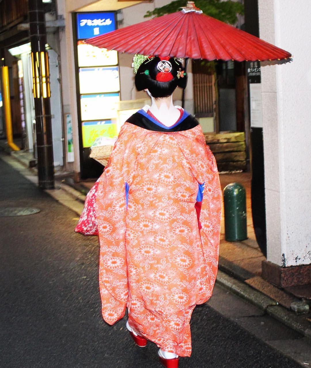 Pelo bairro de Gion, uma surpresa 😍🇯🇵 Kyoto- Japan #gueixa #kyoto #quioto #japao #japan #viagem #summer2016 #happy #gion #travel #traveling #fashionblogger #lifestyle #viajar #asia #asiatravel #kimono #vacation #vacaciones #ferias #viajarepreciso #sonho #amor #amo #life #instatraveling