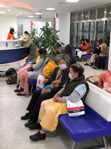 竜之介動物病院にペットと一緒に避難している人たち 16日未明 熊本市中央区 同病院提供 ペット 病院 動物