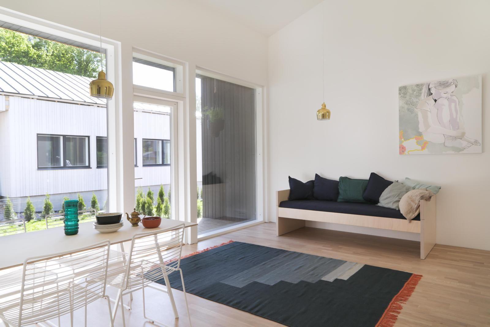 Tässä uudessa paritalokodissa keittiö, ruokailutila ja olohuone muodostavat yhtenäisen oleskelutilan.