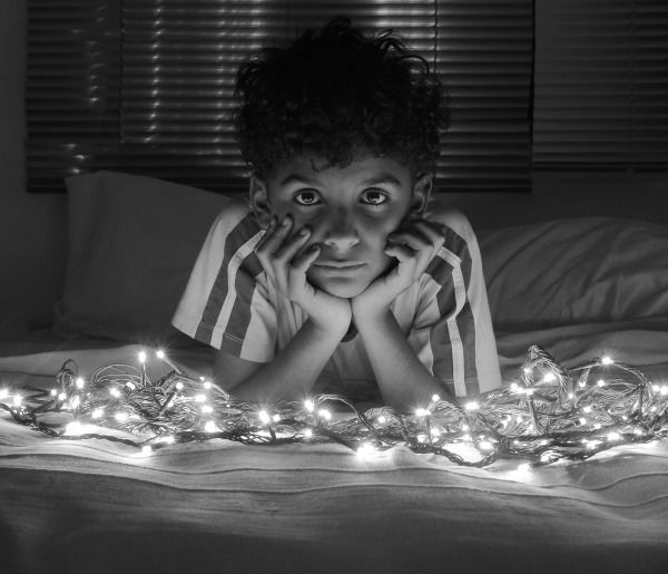 Foto de niño con expresión seria