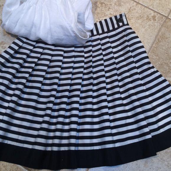 "FOX SHAPIRO SKIRT Black and white stripped pleated skirt. Hidden side zipper, button closure, 16"" length. Fox Shapiro Skirts Mini"