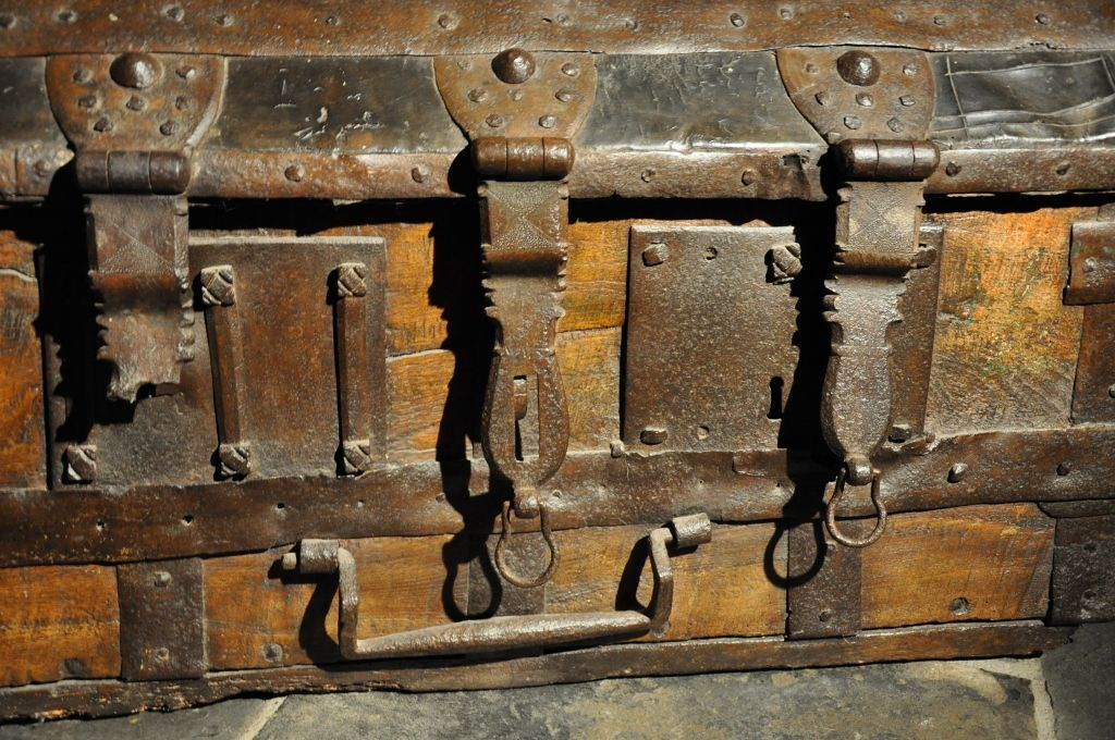 Image result for 15th century trunk with handles (With