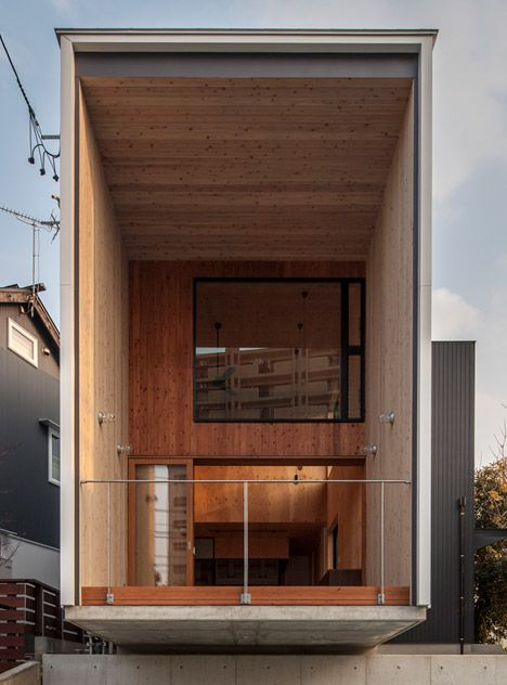 Fly Out House Balances On A Concrete Wall To Avoid Overlooking A Busy Road Decor10 Blog Architect House Arch House Architecture