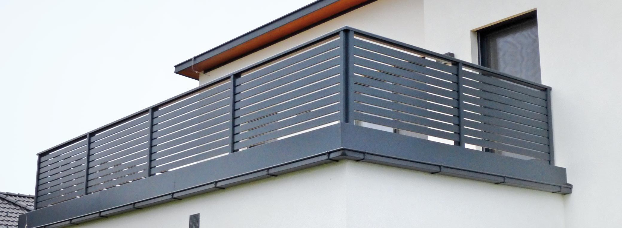 Balkongelander Mit Querlattung Und Lochblech Balkon Gelander Design Gelander Balkon Balkon Gelander Holz