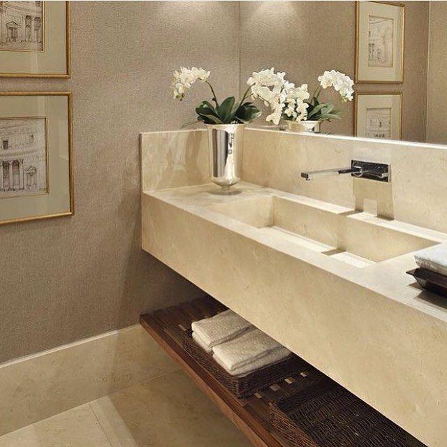 Lavabo, destaque a bancada com cuba esculpida e prateleira em madeira ripada… -> Cuba Escupida Banheiro