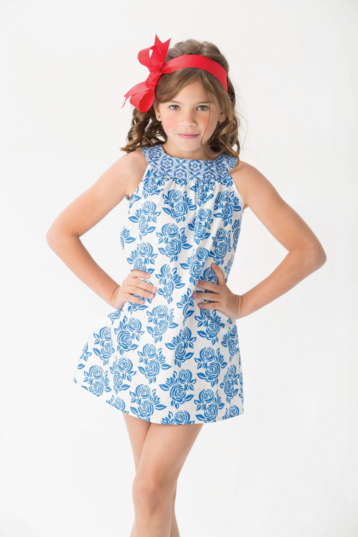 ed61cc2670 El recomendado del día para las niñas es este vestido silueta campana en  tonos blanco y azul