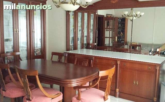 El conjunto de muebles contiene una vitrina, un buffet mural con ...