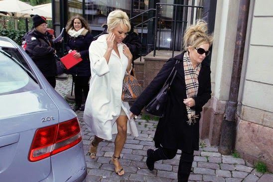 GOSSIP OVER THE WORLD: Naked man arrested at Pamela Anderson's Hotel!
