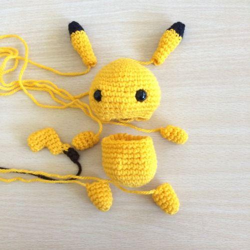 Como tejer Pikachu y Pokebola llaveros 💜 Amigurumi - YouTube | 500x500