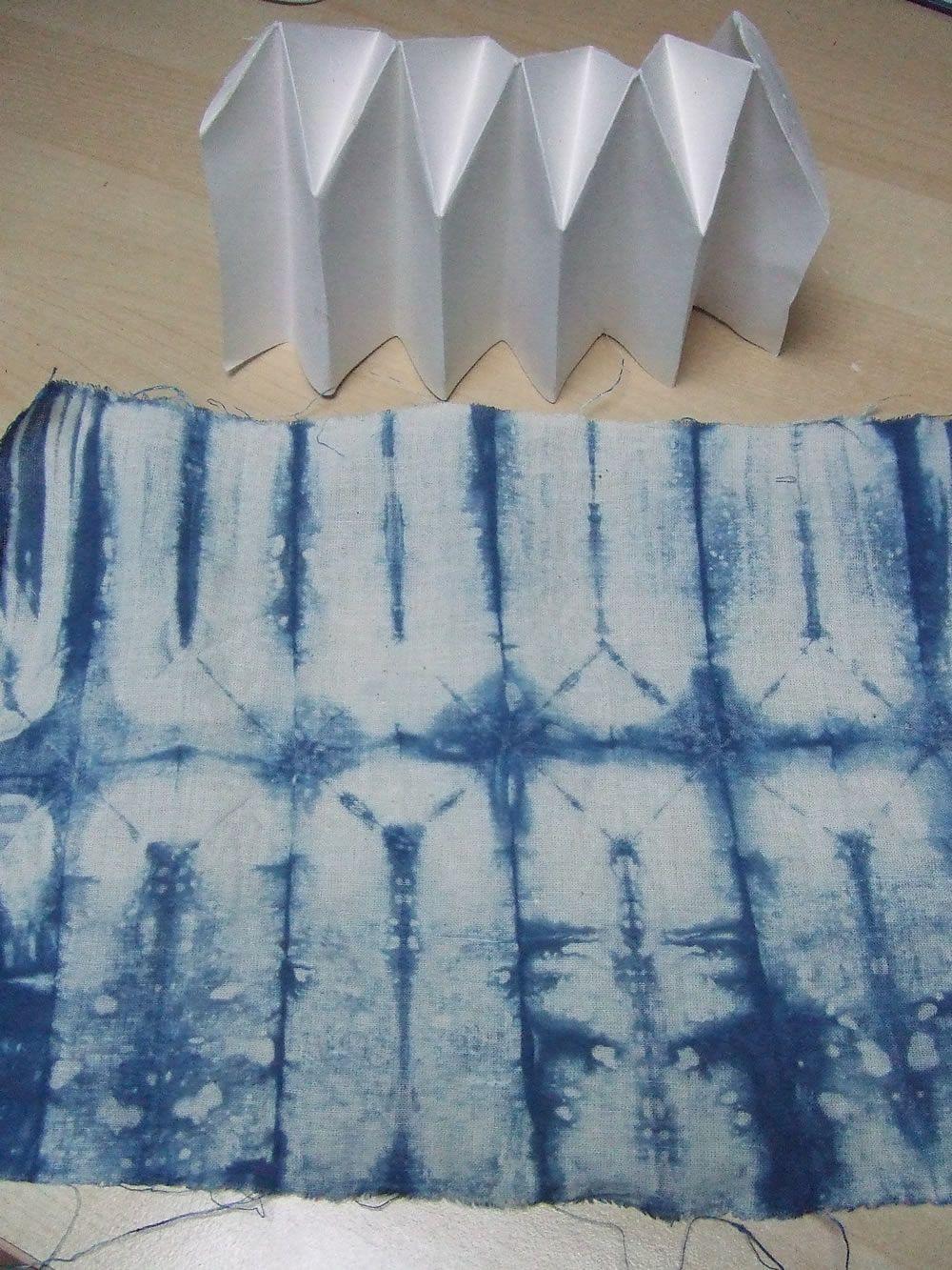 more on pleats shibori teinture teinture tissu tissu. Black Bedroom Furniture Sets. Home Design Ideas