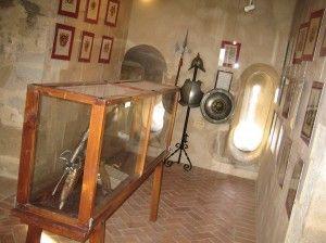 """El """"Museo de la Conquista"""" en el Castillo de Medellín con unas réplicas de armas de los conquistadores."""