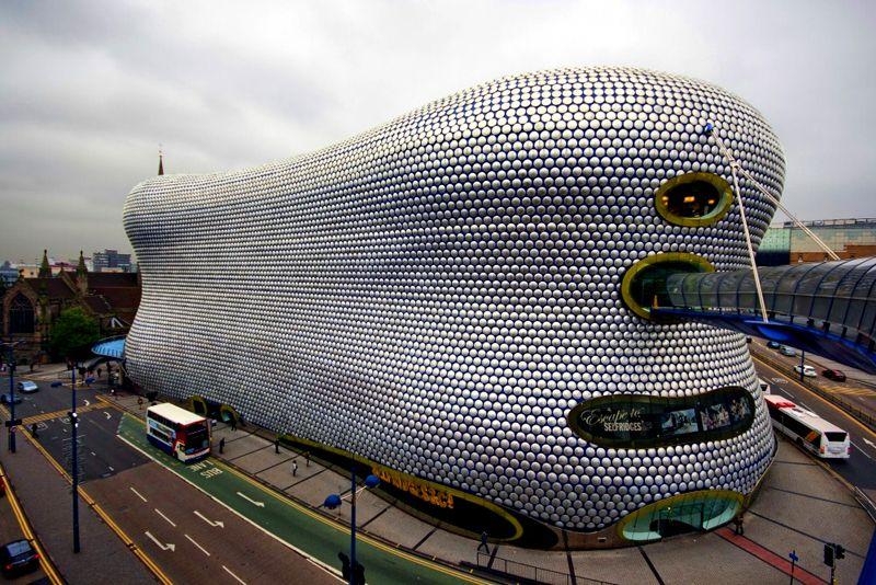 Selfridges à Birmingham Grande-Bretagne - Selfridges, une chaîne de grands magasins haut gamme au Royaume-Uni, sont connus pour leur excellence en architecture. Il est conçu par les architectes des systèmes futurs. Couvert dans 15.000 disques en aluminium filé sur un fond bleu, et en regardant plus près il est similaire à l'œil d'une mouche, c'est vraiment un must.