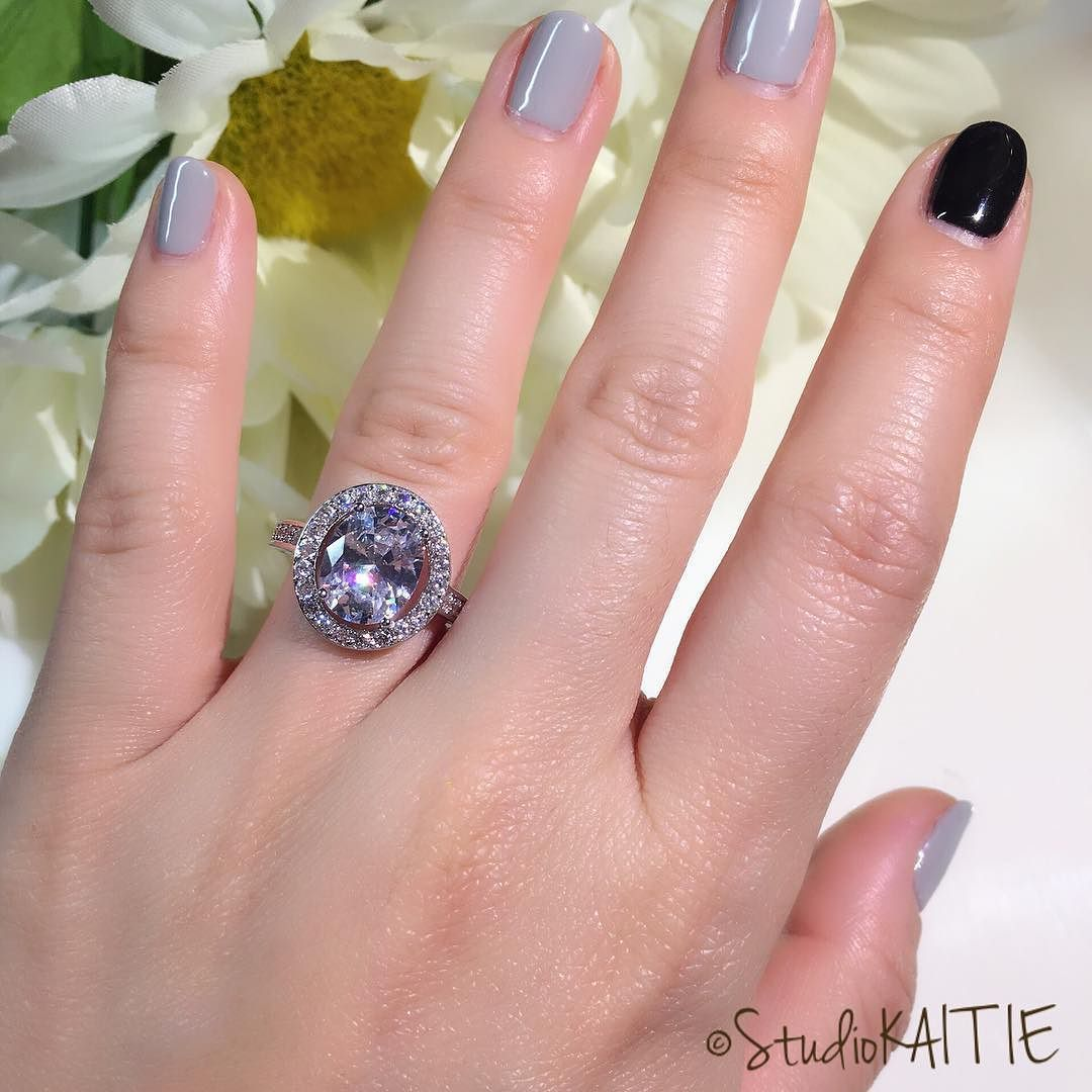 This ring is simply stunning! (I have short fingers and small hands ...