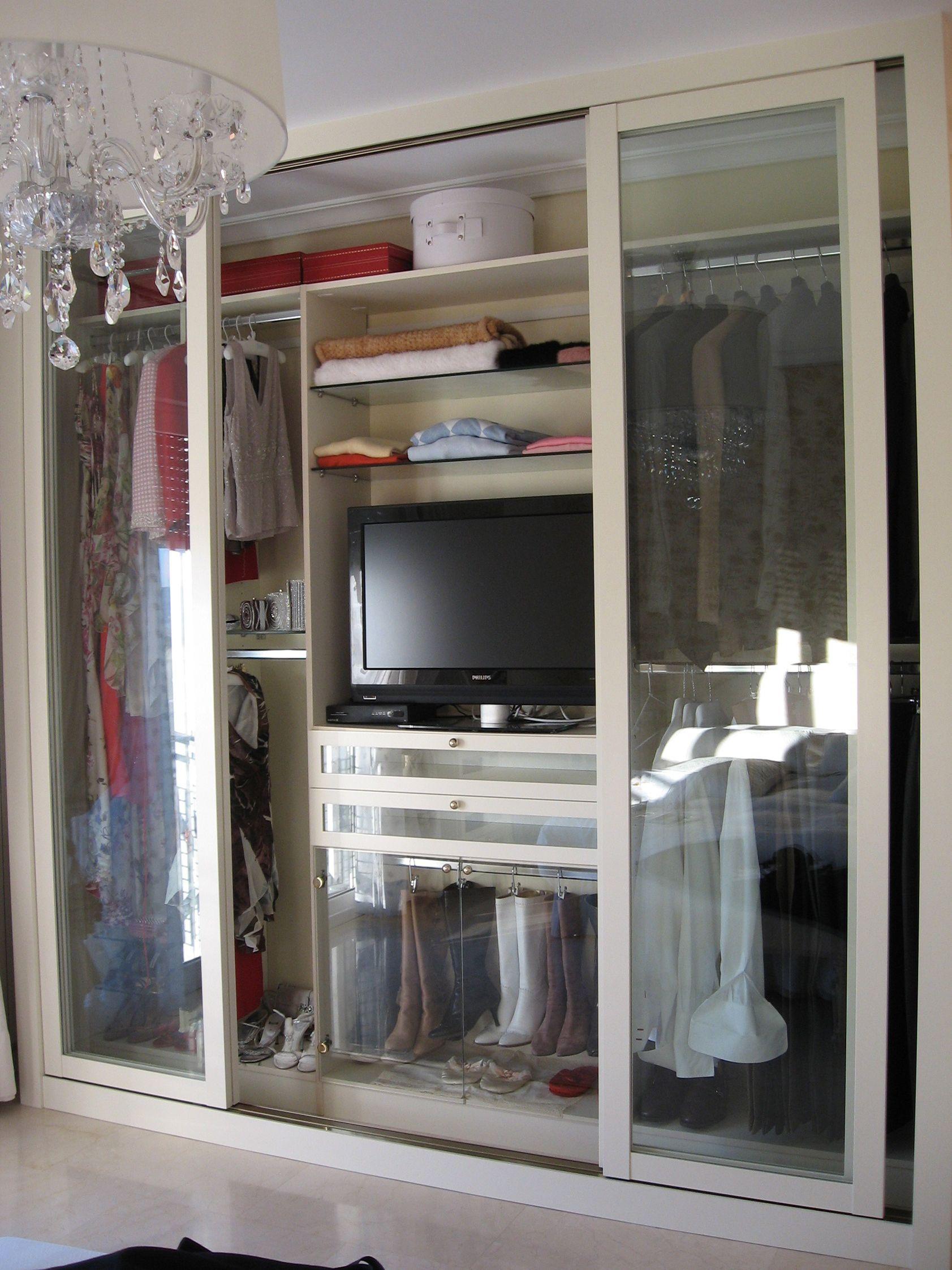 Armario con puertas de cristal y espacio para la t v for Modelos de zapateras para closets