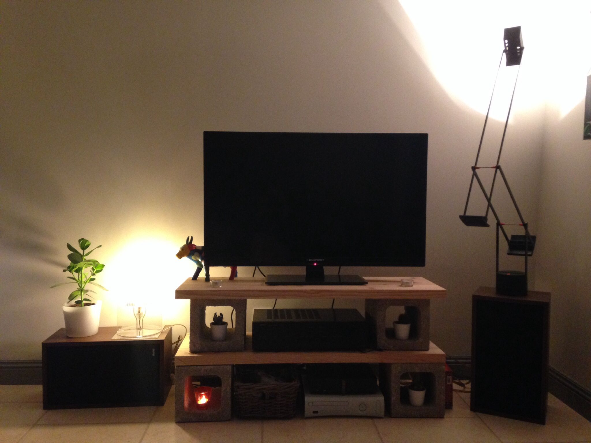 meuble tv avec parpaings et planche de bois diy home. Black Bedroom Furniture Sets. Home Design Ideas