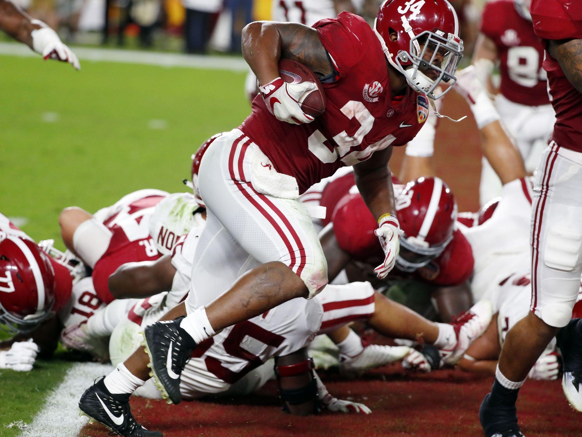 Alabama running back Damien Harris (34) scores a touchdown