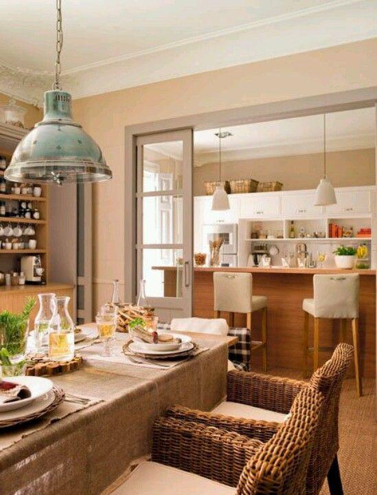 Cocina y salón-comedor separados por unas correderas de cristal ...