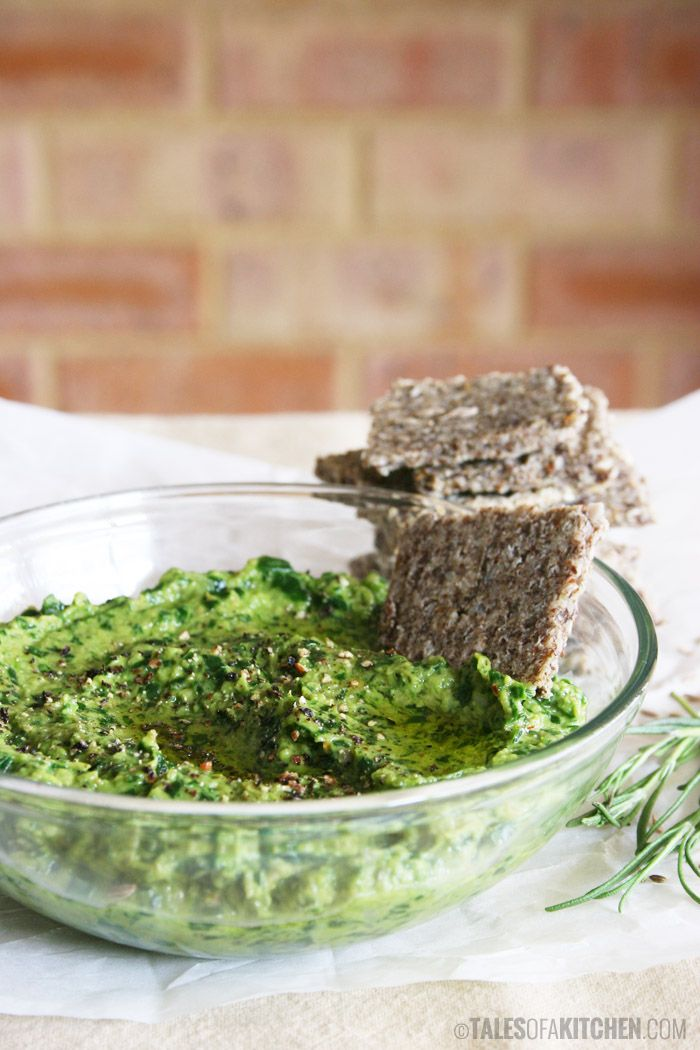 Creamy spinach and marinated mushrooms dip (or spread) packed with the best flavors on the planet: garlic, tamari, lemon, olive oil! {raw vegan}