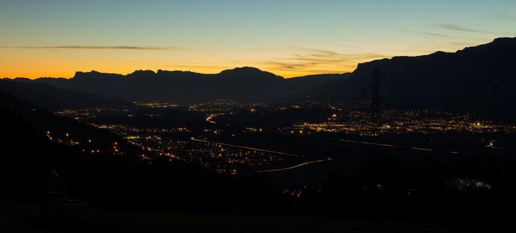 Night fall into the town - Coucher de soleil sur la ville https://www.picturedashboard.com