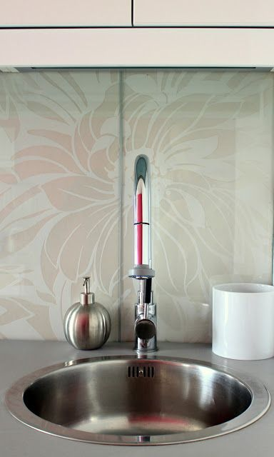 customized glass backsplash using shelving - Preciously Me on Ikea - spritzschutz küche ikea