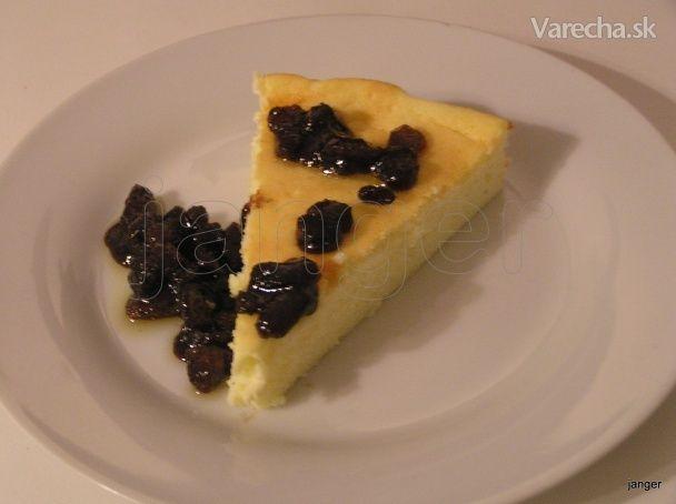 Tvarohový koláč s hrozienkovou omáčkou