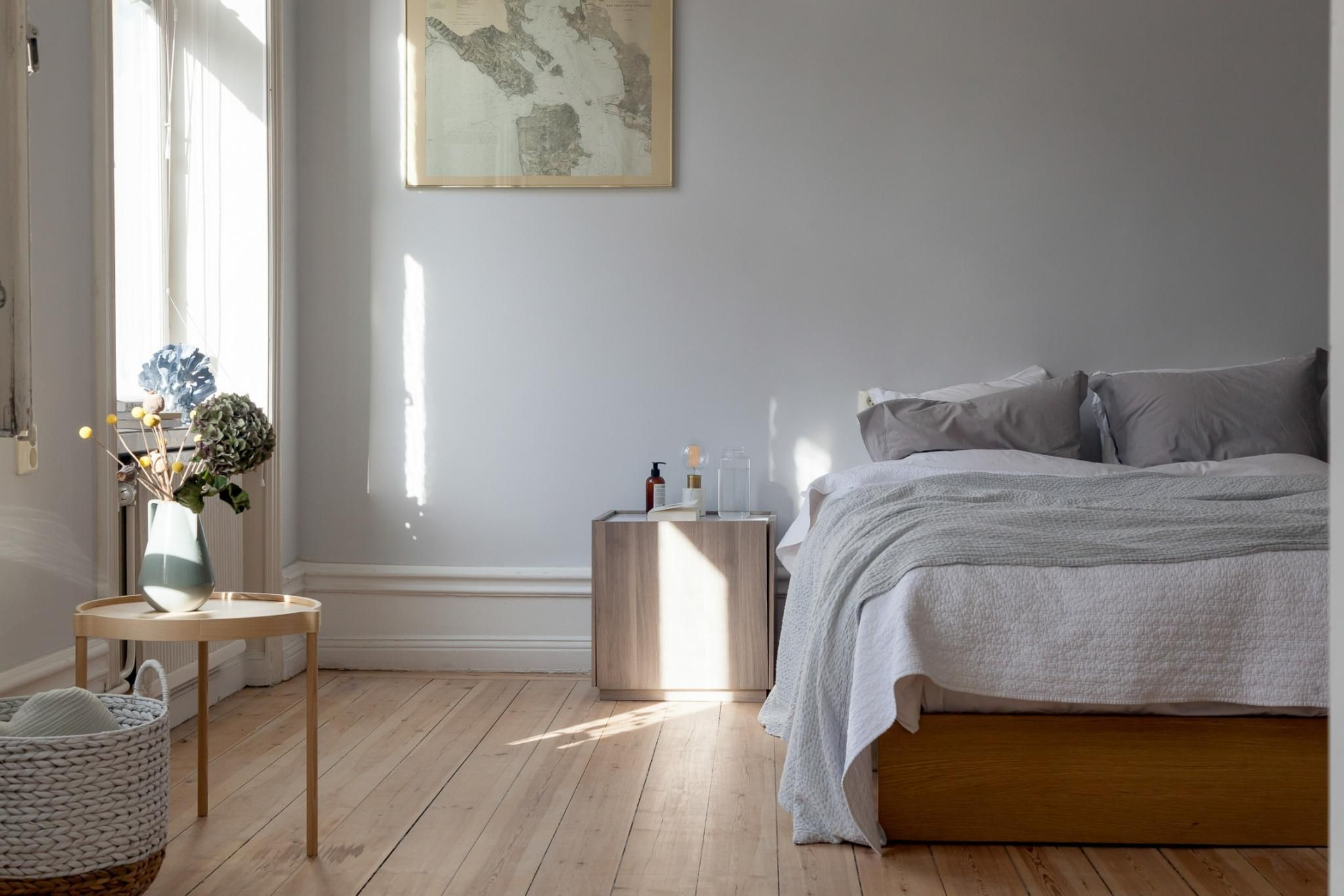 Soft Grey Bedroom With Wood Accent Pieces Avec Images Maison
