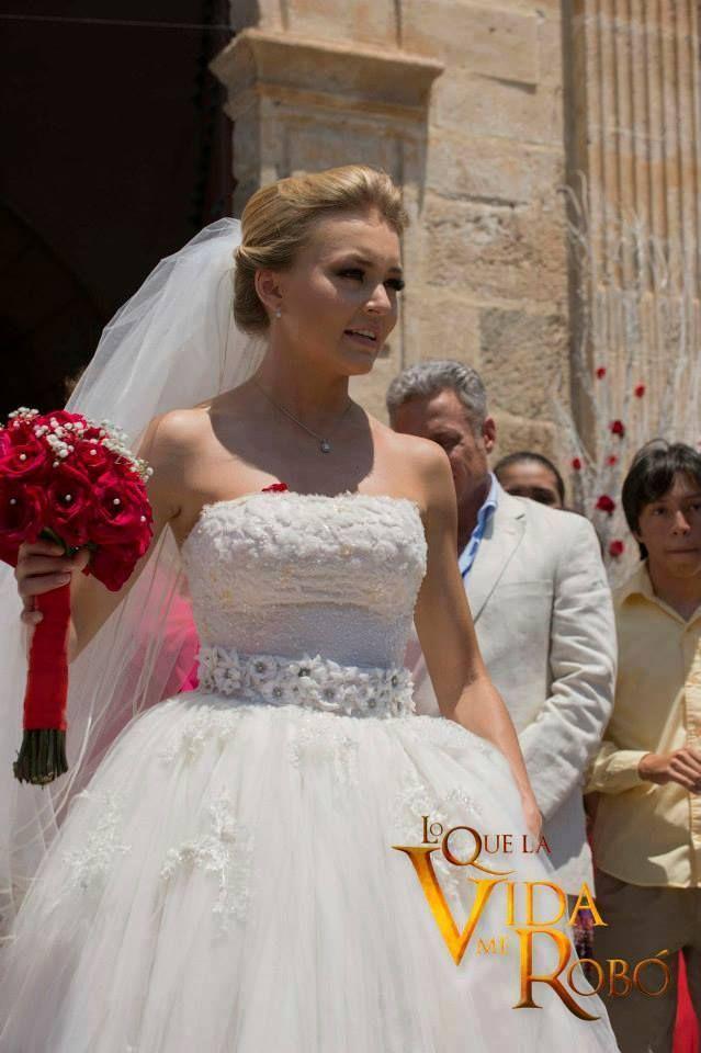 fae8ea5fca Lo Que La Vida Me Robo Novela Montserrat se casa con Jose Luis Angelique  Boyer vestido de novia boda